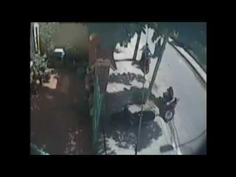 Thanh niên vờ đi tiểu 3 lần để trộm xe máy bên đường