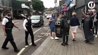 شرطية انجليزية  تتفاعل مع المناصرين الجزائريين هاذ العام لاكوب لينا