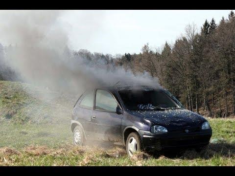 Autobombe - Detonation einer Autobombe in einem Opel Corsa.