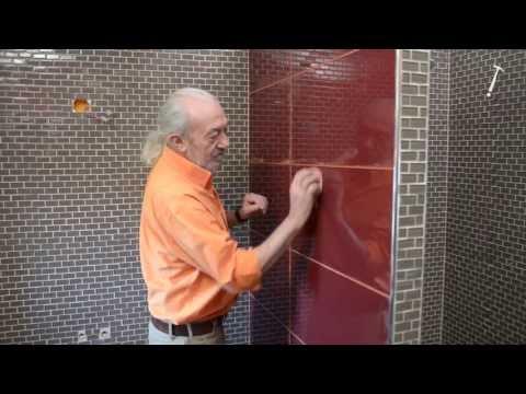 Pose de carrelage en verre dans une salle de bains - Bricolage avec Robert