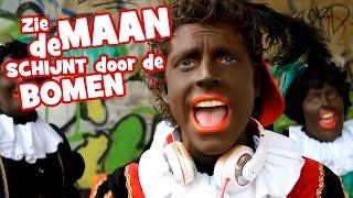 Bestel nu het complete album met **17** stoere Sinterklaassongs:iTunes: http://www.partypietpablo.nl/album_itunesGoogle Play: http://www.partypietpablo.nl/album_googleSpotify: http://open.spotify.com/album/2z8DYJ8I5MzIOSvMrlD4fSSongtekst:Party Piet Pablo - Zie de maan schijnt door de bomen Hey! mijn naam is Party Piet PabloEn we zingen samen: Zie de maan schijnt door de bomenWe zijn stoere pieten Heeey kidsHet feest van Sinterklaasje Hallo lieve kinderenWe zijn hippe pieten; Yoooo Maar ik ben Party Piet PabloZie de maan schijnt door de bomen Makkers staakt uw wild geraas't Heerlijk avondje is gekomen 't Avondje van SinterklaasVol verwachting klopt ons hart Wie de koek krijgt, wie de gardVol verwachting klopt ons hart Wie de koek krijgt, wie de gardZeg Pablo, heb jij alle pakjes wel bij je? Ja Sinterklaasje, alles in de zak!O wat pret zal t'zijn te spelen Met die bonte harlekijnEerlijk zullen w'alles delen Suikergoed en marsepeinMaar, o wee, o bittere smart Kregen wij voor koek een gardMaar, o wee, wat een bittere smart Kregen wij voor koek een gardPablo, waar is alle suikergoed en marsepein gebleven? Eeeuh Oeps! Opgegeten SinterklaasjeZie de maan schijnt door de bomen Makkers staakt uw wild geraas't Heerlijk avondje is gekomen 't Avondje van SinterklaasVol verwachting klopt ons hart Wie de koek krijgt, wie de gardVol verwachting klopt ons hart Wie de koek krijgt, wie de gardPablo, waar zijn alle taaitaaipoppen gebleven? Pablo, Pablo?