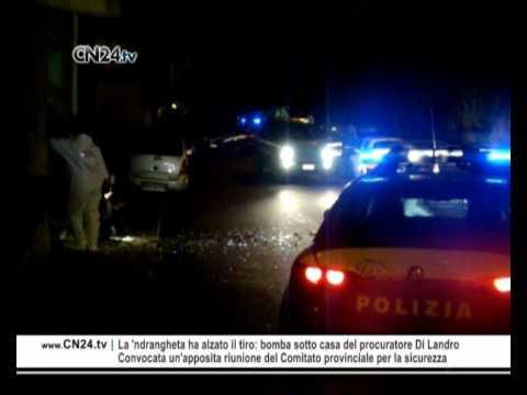 Un ordigno è esploso nel cuore della notte sotto l'abitazione del procuratore generale di Reggio Calabria Salvatore Di Landro.