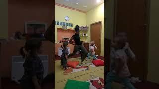 Гимнастика для малышей с носителем английского языка