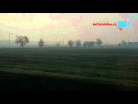 Ranní mlha při cestě vlakem