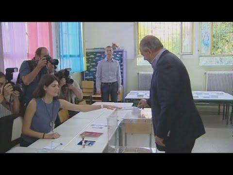 Κ.Καραμανλής,  Φ.Κουβέλης, Θ.Θεοχαρόπουλος μετά την άσκηση των  εκλογικών τους δικαιωμάτων