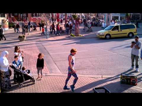 國外的街頭表演藝人真的是甚麼都會~無奇不有!