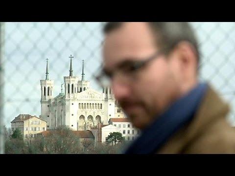 Σπάνε τη σιωπή τους τα θύματα παιδεραστή καθολικού ιερέα στη Λυών – reporter