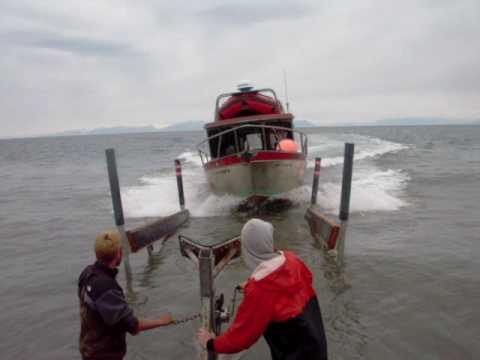 阿拉斯加漁民向全世界展現停放一艘漁船的霸氣過程…已經讓300萬網民目瞪口呆!