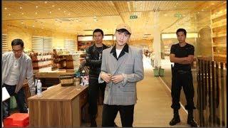 Nam ca sĩ diện chiếc áo vest dáng rộng kết hợp cùng quần âu, mũ lưỡi trai khi tham dự một sự kiện tại Phú Quốc.