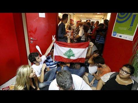 Λίβανος: Η αστυνομία «έβγαλε» τους διαδηλωτές από το υπ. Περιβάλλοντος