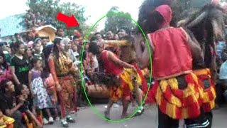 Video Tidak terima di Cium didepan Umum Penari wanita ini menampar Bujang Ganong Reog Ponorogo Asli MP3, 3GP, MP4, WEBM, AVI, FLV Mei 2017