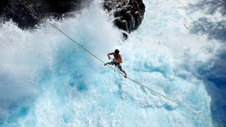 Slackline nature au dessus des vagues à l'île de la Réunion