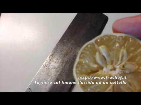 Togliere l'ossidazione dei coltelli con il limone