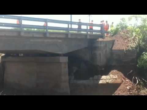 Camiones de gran porte en dañado puente sobre Ruta 9 cruce Río Pinto