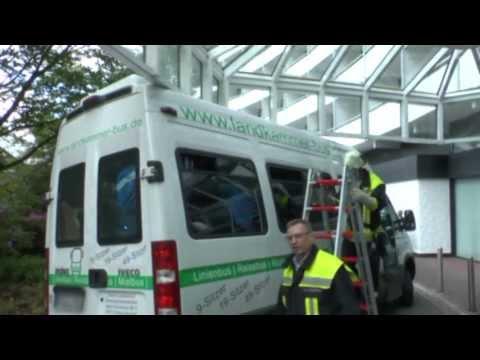 Willingen: Bus steckt unter Hotel-Vordach fest