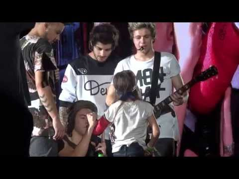 chicago - Harry Styles brought a little girl on stage to have the band sign her cast. Chicago 8-30-14.