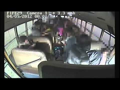 Ragazzino guida l'autobus dopo il malore del conducente