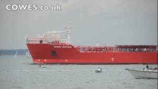 Video Yacht hit by tanker off Cowes, Isle of Wight MP3, 3GP, MP4, WEBM, AVI, FLV Oktober 2018