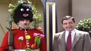 Mr Bean - Decorating the Guard