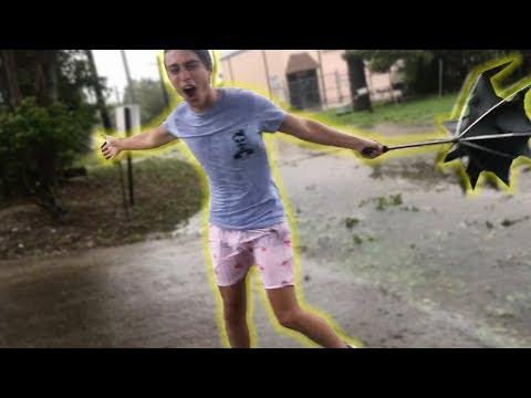 enfrentando al huracan irma en la calle
