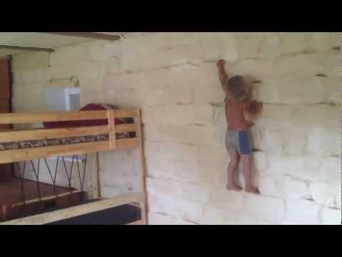 Дома можно лазить по стенам.mov