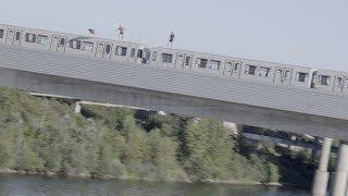 Trzech typów i ich ekstremalny skok do wody z jadącego pociągu