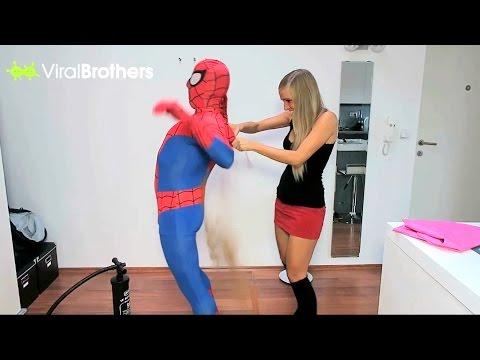 她知道男友無法獨自脫下蜘蛛人套裝就「把整瓶發癢粉倒進去」,當發癢粉開始掉到腰部以下的時候...