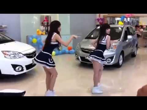 這兩位車展Show Girl在做什麼?
