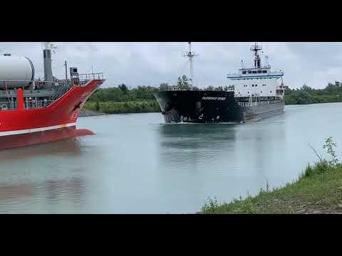 Czołówka statków na rzece. Na wymijanie było już za późno