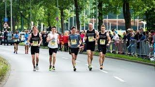 Der Marathon ist wohl für jeden ambitionierten Läufer so etwas wie die Königsdisziplin. 42 Kilometer Dauerlauf – ohne richtiges Training ist das kaum zu bewältigen. Doch wie bereitet man sich auf so einen Riesenereignis am Besten vor? Worauf muss ich kurz vor dem Start achten und was mache ich, wenn mir unterwegs die Puste ausgeht? Gerade für Laufanfänger stellt der Marathon eine scheinbar unüberwindbare Hürde dar, dabei ist es mit ein bisschen Durchhaltevermögen und Willensstärke für jedermann möglich, an einer der vielen Veranstaltungen teilzunehmen, die in ganz Deutschland angeboten werden.Das Geheimnis zum Erfolg liegt in einer guten Vorbereitung und Selbsteinschätzung. Wer früh genug mit dem Training beginnt und seinem Körper so ein paar Monate Zeit gibt, sich auf den Mammutlauf einzustellen, hat schon die halbe Miete. Am großen Tag gilt es dann, sich seine Kräfte gut einzuteilen und nicht überstürzt loszuhetzen. Wer sich an ein paar einfache Regeln hält, schafft es auch über die Ziellinie. Welche das sind, verrät unser Experte im Video.