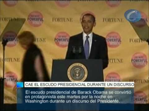 Obama sufre tremendo susto al derrumbarse su escudo en medio de discurso, SOLO MIREN ESA CARA.