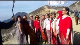 Menyanyikan Lagu Indonesia Raya di Gunung Ijen Banyuwangi