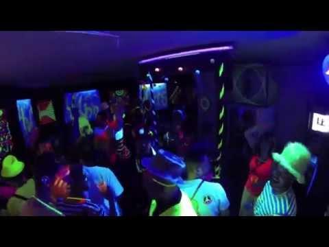 Soirée en mode fluo déguisement fluorescent