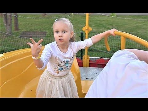 КЛАССНЫЙ парк развлечений для детей !!! Алиса весело погуляла и покаталась на аттракционах ! (видео)