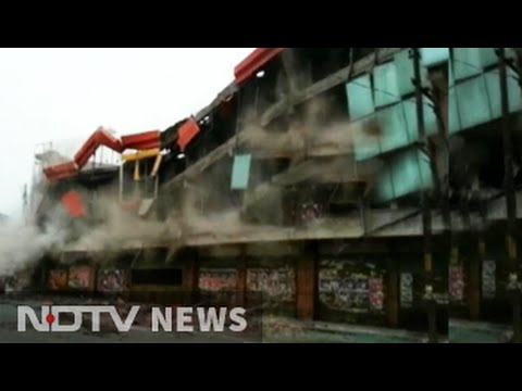 En la India demuelen un centro comercial sin evacuarlo antes