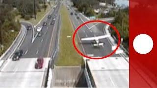 Un avion de tourisme atterrit sur l'autoroute au milieux des voitures