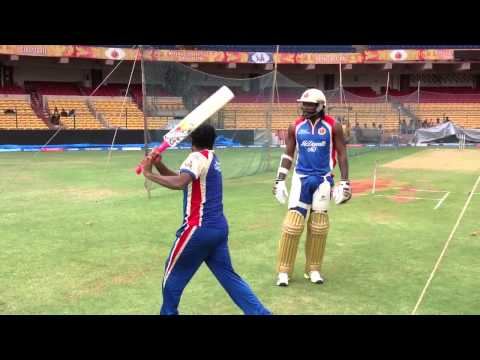 Muttiah Muralitharan sharing six-hitting tips with Chris Gayle