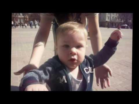 Вчимо ходити. Сам ходить. Сашкові 11 місяців. Як дитина ходить самостійно. Топ-топ топает малыш.
