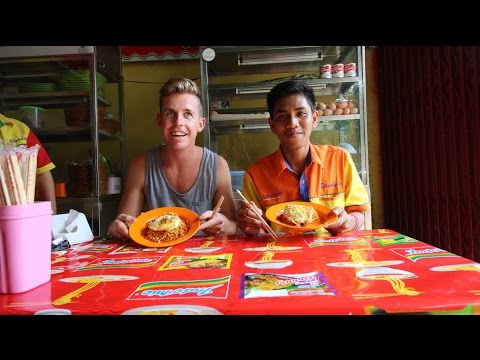 Westerner VS Indonesian (THE SPICIEST NOODLES IN THE WORLD - INDOMIE ABANG ADEK)