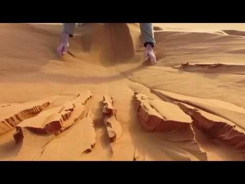 你以為他長途跋涉就為了在撒哈拉沙漠玩沙?錯了…像水一樣的神奇沙子會讓人玩一玩就入迷!