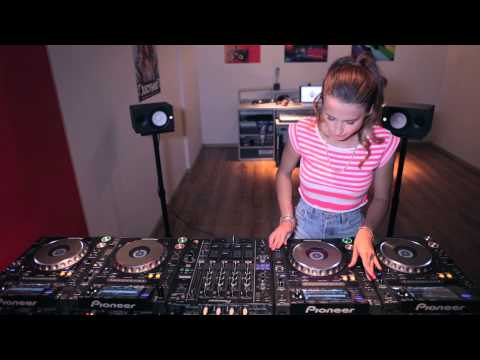 Juicy - My new 4 CDJs live mixing video. Tracks used in this video: 1. Showtek feat. We Are Loud! & Sonny Wilson - Booyah 2. EDX & Leventina - The Tempest 3. Syndica...