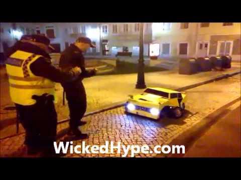 就在交警開單時,跑車大黃蜂變身了!