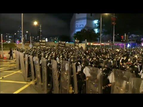 Χονγκ Κονγκ: Επεισόδια και δρακυγόνα μέσα και έξω από το τοπικό κοινοβούλιο…