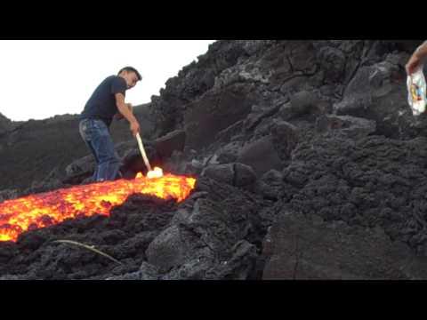 火山旁玩岩漿!根本不怕死