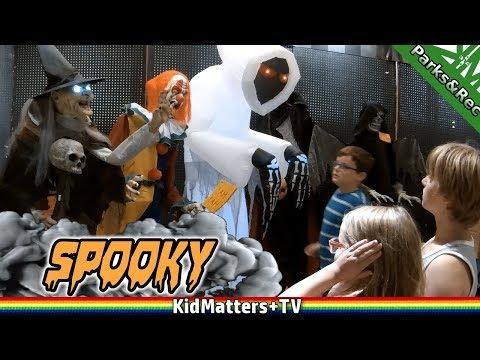 Scary Costume Shopping Spirit Halloween Store | Animatronics, Scary Decorations[KM+Parks&Rec S02E05]