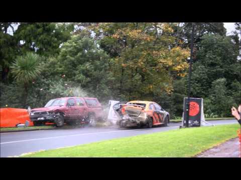 Rajd Nowej Zelandii: Lancer uderza w auto kibica