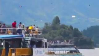 This video, shot by @astridsaldarriaga, shows a tourist boat rocking back and forth before sinking sinking in the Guatape reservoir...