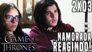 """O vídeo de hoje será a minha namorada reagindo ao Terceiro Episódio da Segunda Temporada de Game of Thrones """"What is Dead May Never Die"""".► LINKS E REDES SOCIAISCanal Principal: https://www.youtube.com/user/TheDanielsSkMeu Twitter: https://twitter.com/TheDanielsSkMeu Instagram: http://instagram.com/TheDanielsSkPágina no Facebook: http://www.facebook.com/TheRealDanielsSkPara Contato Profissional: contatodaniels@gmail.com!"""