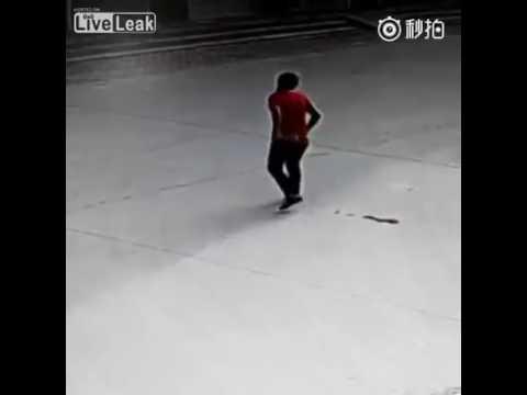 video-devushka-ne-doshla-do-tualeta