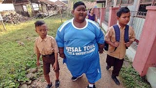 Video World's Fattest Boy Walks To School As Part Of New Regime MP3, 3GP, MP4, WEBM, AVI, FLV November 2018